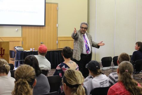 Carducci, professor of psychology and director of the Shyness Research Institute at IUS, speaking to students about small talk on Thursday, Sept. 7.