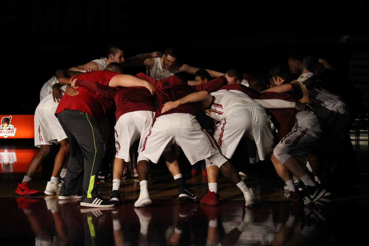 The+men%E2%80%99s+basketball+team+gathers+for+a+pre-game+huddle.