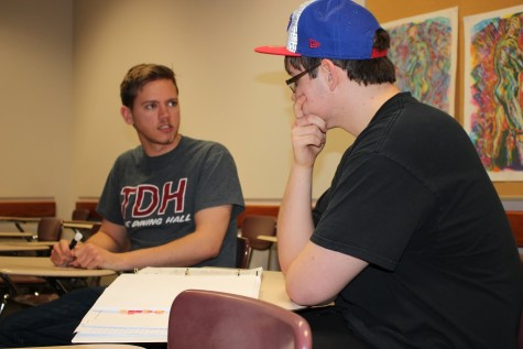 English W290 supplemental instructor, Alan Royalty, helps a student during an SI period.