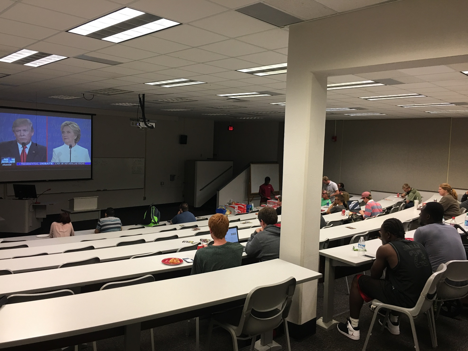 The+entire+room+of+students+watching+the+final+presidential+debate+before+Nov.+8.+