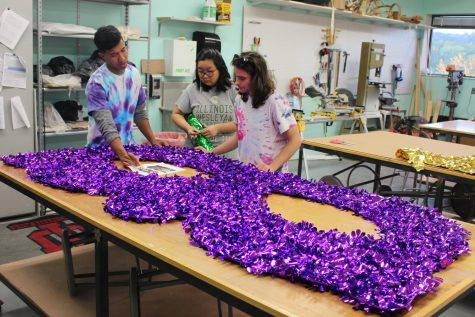 IUS fine arts students bond during Harvest Float production